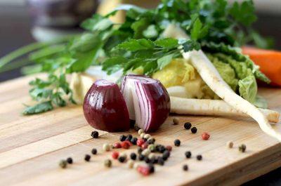 Cebollas y zanahorias como acompañantes con el Apio es perfecto