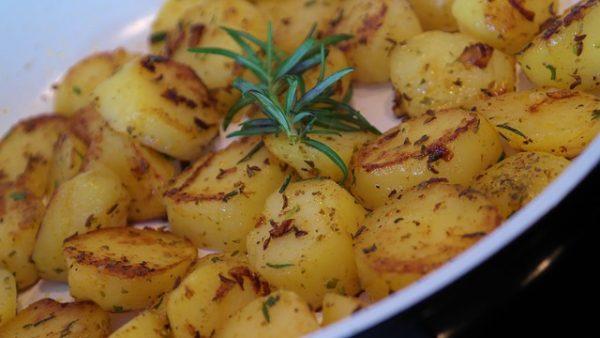 Las zanahorias, espárragos, patatas y ventaja de patatas